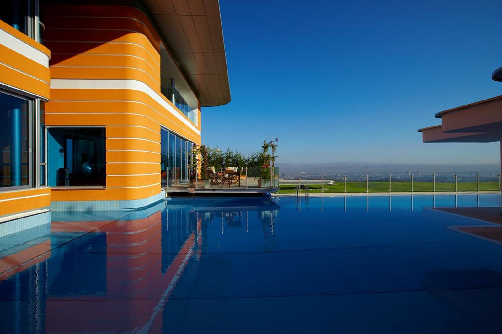 Colorful-House-Ideas-Yazgan-Design-Architecture-swimming-pool-design-5